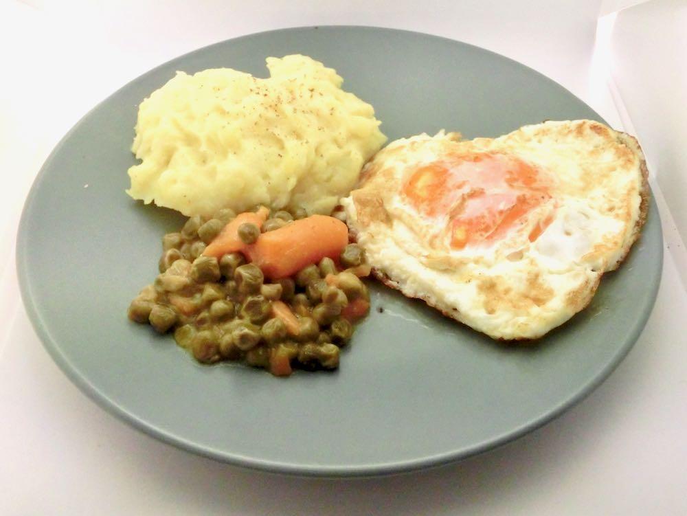Kartoffelpüree mit Spiegelei, Erbsen und Möhren