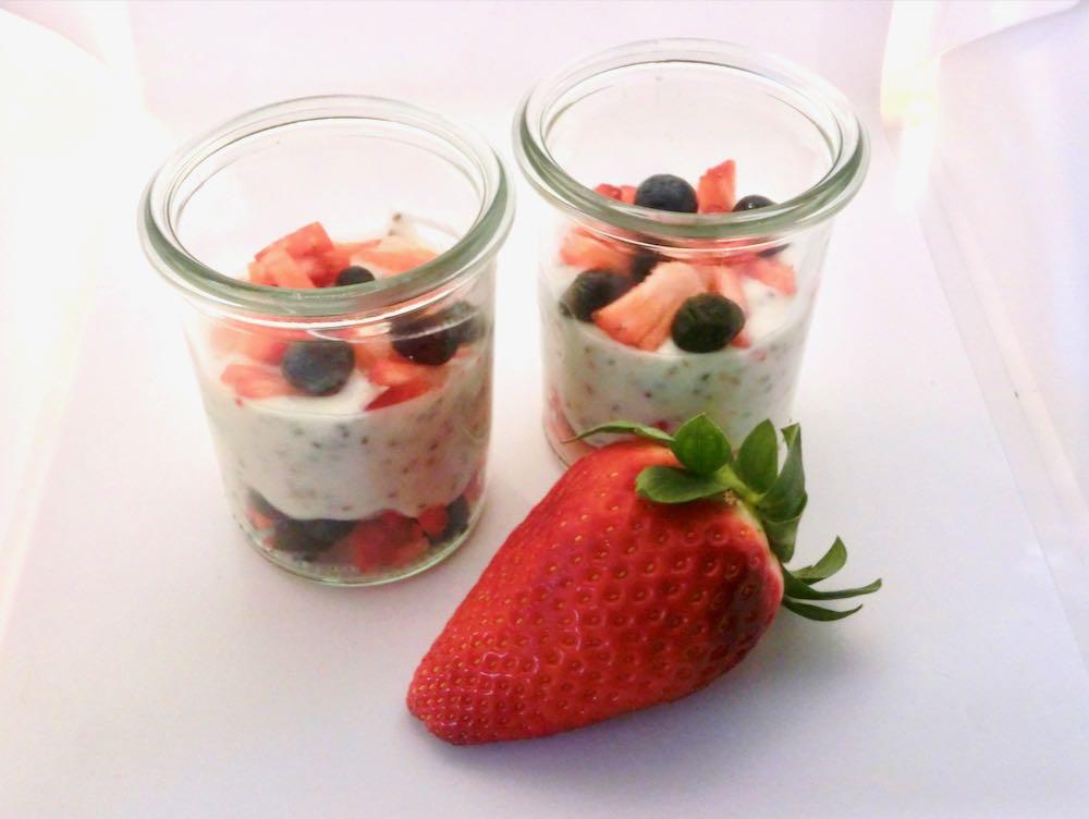 Joghurt mit Chia und Beeren